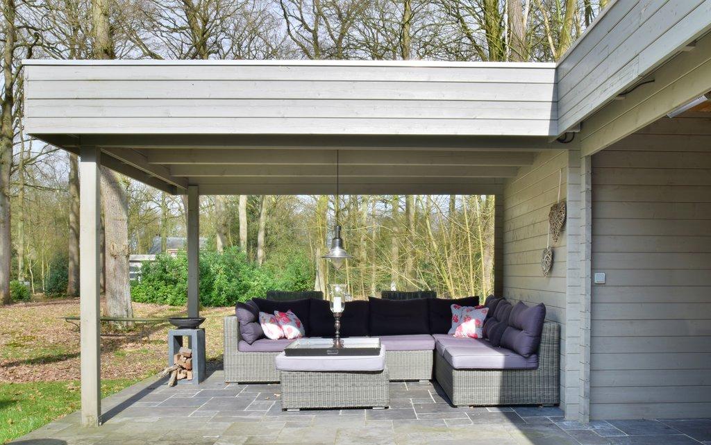 """Deze villa is (net) over de grens in Kalmthout (België) gelegen! Uitzonderlijk ruime villa (ca. 875 m2 vloeroppervlak incl. kelderverdieping en zolder!), gelegen in de rustige en residentiële woonwijk """"De Greef"""" te Kalmthout. De villa omvat o.a. ruime leefruimtes, orangerie, bureel, inpandige garage voor 2 wagens, 6-7 slaapkamers, 3 badkamers en geheel onderkelderd met o.a. […]"""