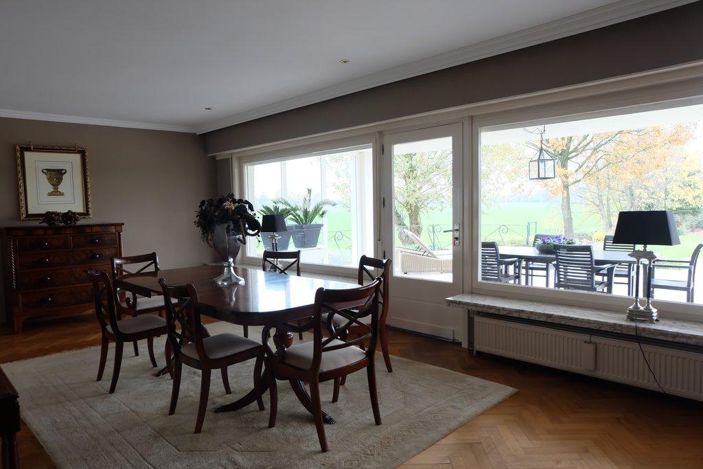 Op een zeer mooie locatie, langs beek, in landerijen, officieel net buiten de plaats Essen en op slechts tien autominuten van Roosendaal gelegen, zeer royale villa met alle comfort gelijkvloers en daarnaast een groot souterrain met mogelijkheid voor hobbyruimte, praktijk, etc. en zeer grote tuin. UNIEKE, MOOIE LOCATIE! GROTE TUIN OP CIRCA 2.700 M2! Bouwjaar: […]