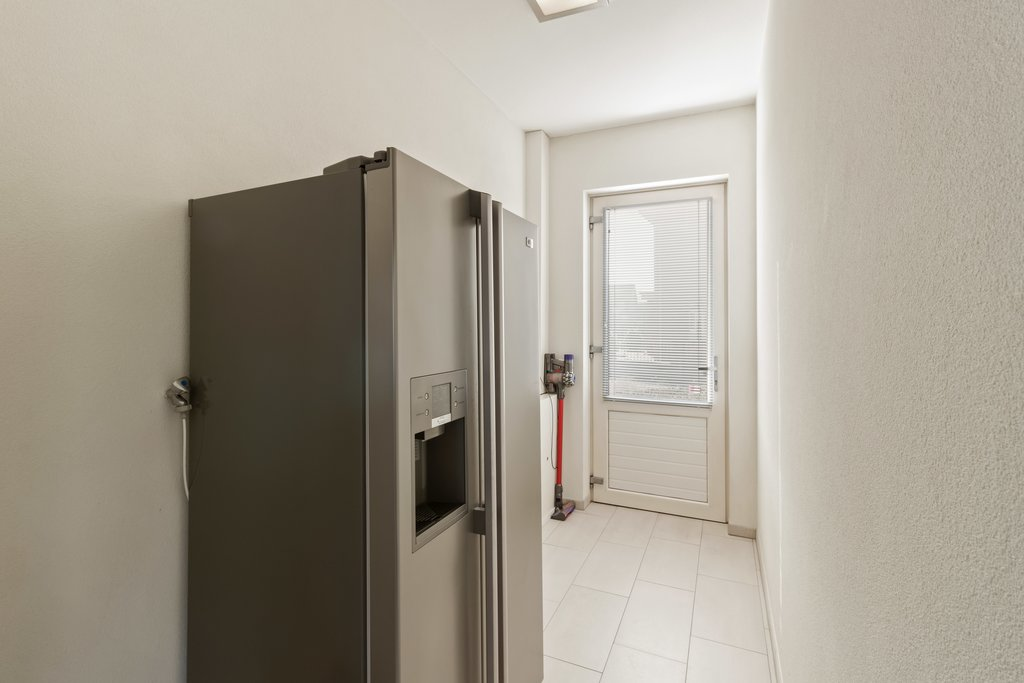Op zeer gunstige locatie, nabij diverse voorzieningen gelegen, vrijstaande, moderne woning met dubbele garage (momenteel in gebruik als showroom), kantoorruimte en slaapkamer en badkamer op de begane grond. Tevens is deze luxe afgewerkte woning voorzien van een Living met doorkijk gashaard, een woonkeuken en een onder architectuur aangelegde zonnige achtertuin. Van deze woning is een […]