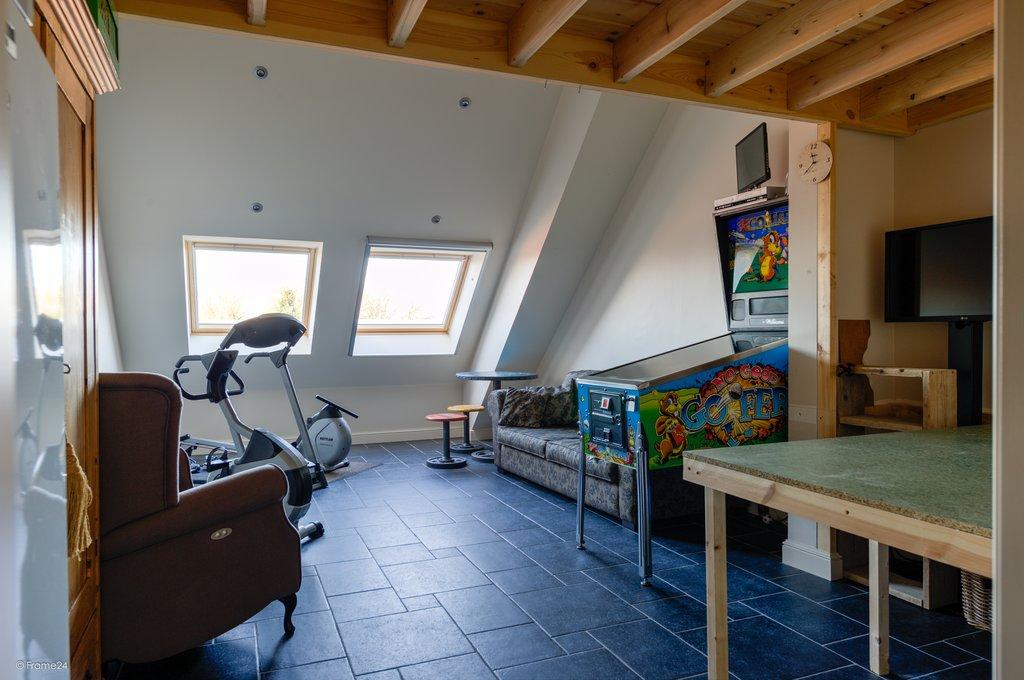 Deze woning is net over de grens in Hoogstraten, België gelegen. Op zeer mooie locatie, midden in de bruisende, karakteristieke plaats Hoogstraten gelegen, riant, uitzonderlijk luxe afgewerkt vijfkamer penthouse (circa 275 m2) op de derde verdieping met twee mooie terrassen (totaal circa 62 m2) op het zuidwesten en een zeer ruime, eigen garage in parkeerkelder. […]