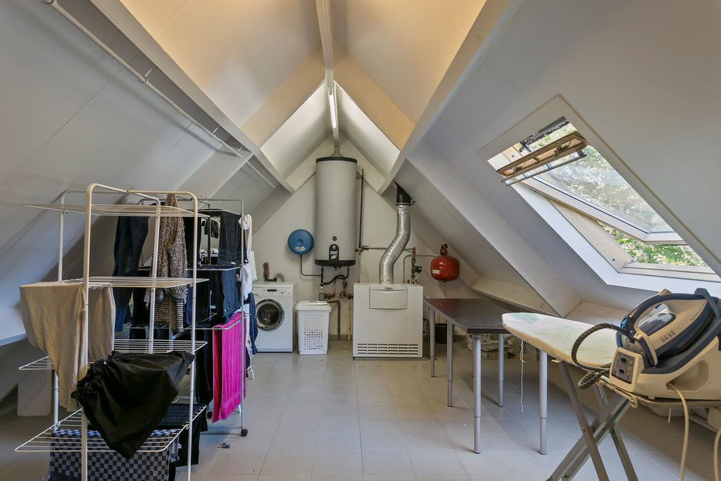 Deze villa is (net) over de grens in Kalmthout (België) gelegen! Luxe recente villa (2008) te Kalmthout-Heide in residentiële wijk Dennendael, op een perceel van 1.950 m² met 6 slaapkamers, 2 badkamers bureel en inpandige garage voor 2 wagens. Rustige, toch centrale ligging, hoogwaardige afwerkingsgraad. Bouwjaar: circa 2008. Perceelsoppervlakte: circa 1.950 m2. Inhoud woonhuis: circa […]