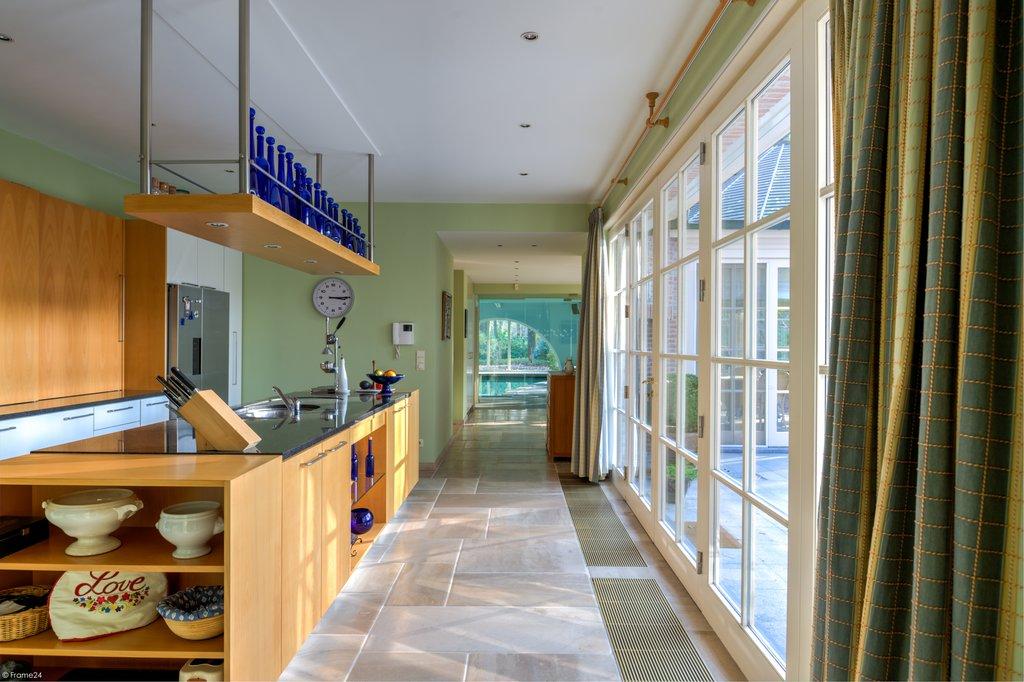 Deze villa is (net) over de grens in Kapellen (België) gelegen! Zuidwest georiënteerde Valckenborgh villa met binnenzwembad op ca. 5.362 m2 vlakbij het natuurgebied verderop in de dreef! Perceeloppervlakte: 5.362 m2. Woonoppervlakte: 541 m2. Bouwjaar: circa 1993. Kadastraal inkomen: € 6.923,- Deze ruime villa opgebouwd met kwalitatieve materialen en een fijne afwerking door Valckenborgh heeft […]
