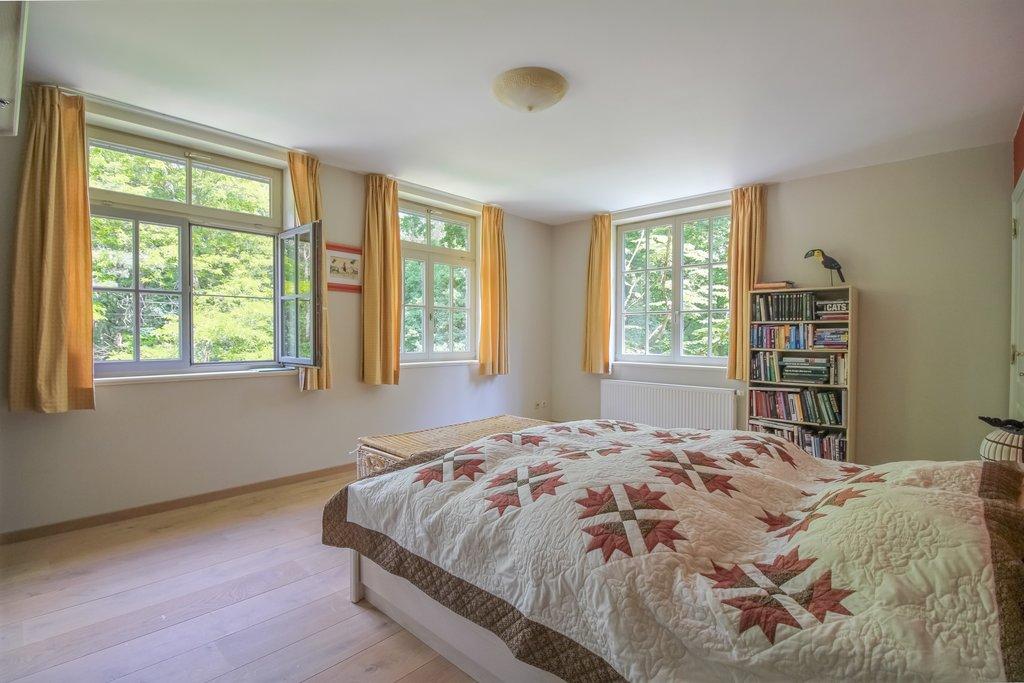Deze villa is (net) over de grens in Kapellen (België) gelegen! Ruime villa rustig gelegen in een oase van groen met o.a. grote leefruimtes, drie tot vijf slaapkamers, twee badkamers, bureel en inpandige garage op een zuid gericht perceel van circa 4.893 m2. Perceeloppervlakte: circa 4.893 m2. Woonoppervlakte: 498 m2. Bouwjaar: circa 1999. Kadastraal inkomen: […]