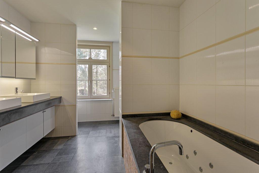 Deze villa is (net) over de grens in Kapellen (België) gelegen! Zeer ruime en lichte villa met o.a. grote leefruimte, drie slaapkamers, twee badkamers, bureel, dubbele garage en zeer grote afgewerkte zolderverdieping die nader kan worden ingericht. Gelegen tegenover natuurgebied op een open perceel van ca. 5.000 m2 met verwarmd zwembad. Perceeloppervlakte: circa 5.750 m2. […]
