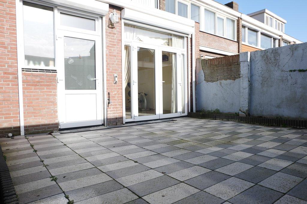 Op zeer gunstige locatie, op loopafstand van het stadscentrum en NS station, nabij het Kadeplein gelegen, fors uitgebouwde woning met achtertuin op het zuiden voorzien van royale berging. HARTJE STAD! EVENTUEEL SNEL TE AANVAARDEN! Bouwjaar: circa 1960. Perceelsoppervlakte: circa 114 m2. Inhoud woonhuis: circa 400 m3. FORS UITGEBOUWD OVER DE VOLLE BREEDTE! Deze woning is […]