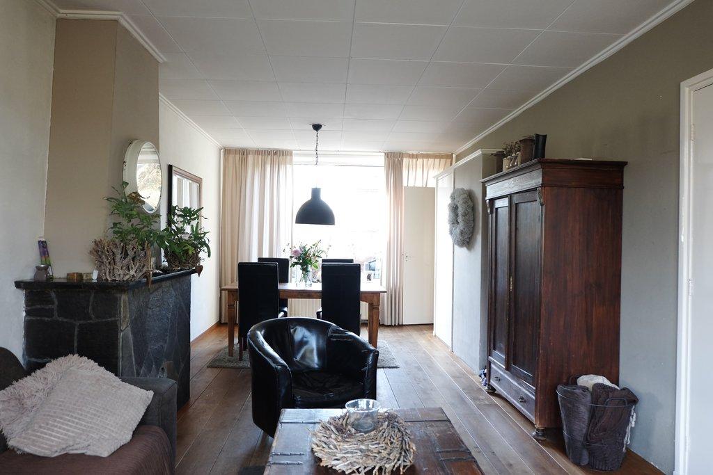 Op zeer goede locatie, in rustige straat, tegenover groenstrook, niet ver van het stadscentrum gelegen, twee-onder-één kapwoning met garage en royale achtertuin op het zuidwesten op circa 268 m2. VOORZIEN VAN KUNSTSTOF KOZIJNEN EN DUBBELE BEGLAZING! Bouwjaar: circa 1966. Perceelsoppervlakte: circa 268 m2. Inhoud woonhuis: circa 380 m3. Inhoud garage: circa 70 m3. De woning […]