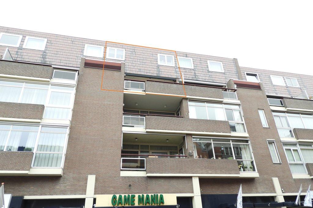 Op zeer gunstige locatie, midden in het centrum van de stad gelegen, royaal vierkamer appartement (type maisonnette) op de derde en vierde verdieping voorzien van royaal balkon op het zuiden met uitzicht over de binnenstad, eigen parkeerplaats in parkeergarage en eigen berging. HARTJE STAD! ROYAAL BALKON OP HET ZUIDEN! Bouwjaar: circa 1978. Vloeroppervlakte appartement: circa […]