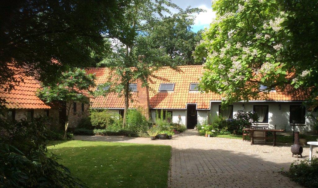 """Op unieke vrij gelegen locatie, net buiten Roosendaal op slechts 3 minuten rijden van winkels en scholen, vrijstaande sfeervolle woonboerderij op circa 8.000 m2 met grote schitterende volgroeide tuin met vijver, weiland, bijgebouw (eventueel kantoor/praktijk/gastenverblijf), grote schuur en carport. """"BUITENOBJECT"""" centraal gelegen tussen Rotterdam en Antwerpen OP SLECHTS 3 minuten rijden van openbare voorzieningen zoals […]"""